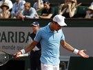 Srbský tenista Novak Djokovič se zlobí po neúspěšné výměně ve finále Roland