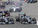 Neurovnaný start Velké ceny Kanady. Lewis Hamilton (vlevo) bojuje se svým