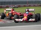 Oba piloti Ferrari Fernando Alonso (v popředí) a Kimmi Räikkönen jedou...