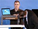 Bezdr�tov� nap�jen� Rezence p�id�lan pod st�l na prezentaci Intelu na veletrhu...