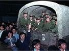 Obyvatelé Pekingu obklíčili armádní konvoj čtyř tisíc vojáků, aby jim zabránili