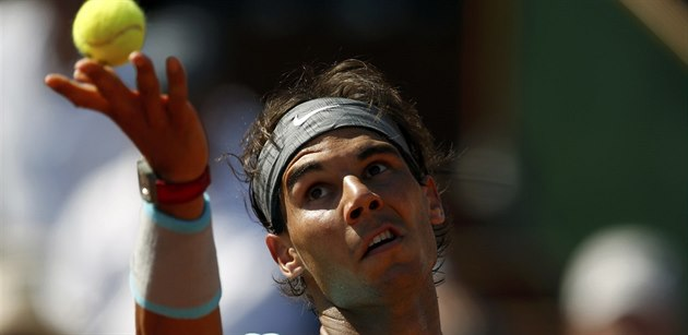 �pan�lský tenista Rafael Nadal se chystá podávat v semifinále Roland Garros.