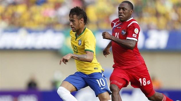 Brazilec Neymar (vlevo) uniká Luisovi Tejadaovi z Panamy.