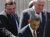 Barack Obama pomáhá britské královně Alžbětě II. při přípravě hromadného focení...