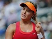 HOLKA COPATÁ. Kanadská tenistka Eugenie Bouchardová si upravuje vlasy během...