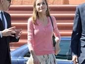 V civilu Letizia r�da obl�k� vzorovan� sukn� i kalhoty, bez podpatk� ji t�m��...