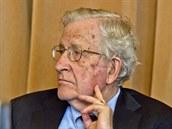 Noam Chomsky při své přednášce na pražské Akademii věd. (2. června 2014)