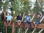 Brigáda tatínků postavila nosnou konstrukci. Architekt Domečku Jiří Böhm sedí