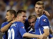 Edin Džeko (vpravo) se raduje se spoluhráč i bosenské reprezentace z gólu v...