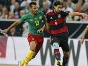 Německý fotbalista Sami Khedira (druhý zleva) se snaží odpoutat od Erica M....