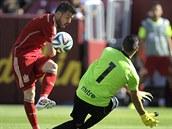 Španělský fotbalista David Villa (vlevo) se pokouší překonat Derbyho Carrilla...