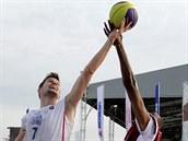 Český reprezentant Martin Gniadek (vlevo) bojuje během čtvrtfinálového utkání...