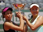 Hsieh Su-Wei z Tchaj-wanu (vlevo) a Pcheng Šuaj z Číny slaví v Paříži svůj