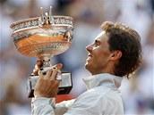 ZNÁMÁ TROFEJ. Rafael Nadal podeváté zvedá pohár Mušketýrů pro vítěze Roland