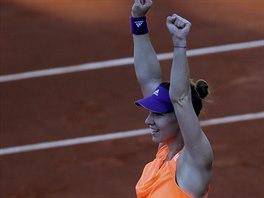 Rumunská tenistka Simona Halepová zvedá ruce nad hlavu, právě postoupila do...