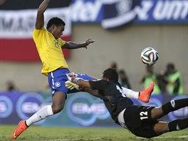Brazilský útočník Jo v souboji s brankářem Jose Calderonem z Panamy.