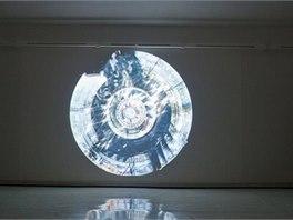 Originální světelná projekce Metropolia se vznáší nad hlavami lidí