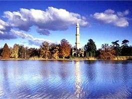 Prohlídka lednického zámeckého parku vede kolem Minaretu