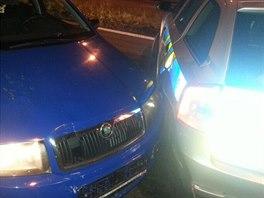 Opilý řidič naboural policejní vůz.