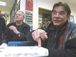 Ivan Landsmann p�ed jeden�cti roky v ostravsk�m knihkupectv� Artforum p�i k�tu...