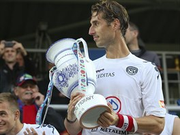 Libor Došek, kapitán Slovácka, převzal od fanoušků pohár za symbolický triumf...