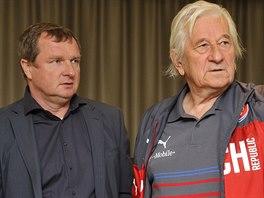 Reprezentační trenér Pavel Vrba (vlevo) a jeho poradce Karel Brückner.