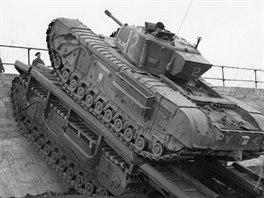 Standardní tank Churchill vyjíždí po hřbetě Churchillu ARC na stěnu vlnolamu.