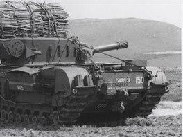 Tank Churchill AVRE Fascine shatí na vyplňování příkopů a kráterů