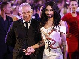Conchitu Wurst doprovodil na ples n�vrh�� Jean Paul Gaultier