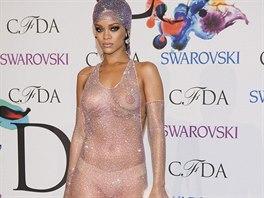 Rihanna nechala 216 tis�c krystal� vyniknout na t�m�� nah�m t�le.