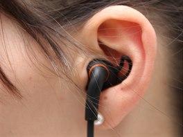 Sluchátko v uchu drží ve zvukovodu pevně i díky gumové opoře, která se vklíní...