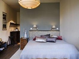 Byt maminky: dřevěná postel z Indie se záměrně vybírala tak, aby byla nízká a