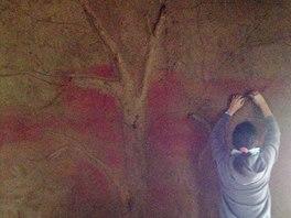 Uvnitř Domečku vyrostl strom z hlíny jako dekorace na hliněné omítce.