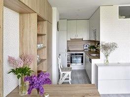 Kuchyň je zhotovena na míru z bílého reliéfního lamina. Je vybavena vestavnou