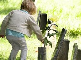 Na pražském ďáblickém hřbitově lidé 1. června uctili dětské oběti...