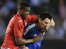 Lionel Messi (vpravo) z Argentiny se snaží vysmeknout Sheldonu Bateauovi z...