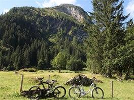 Při projížďce po místních horách už ani nemusíte šlapat – moderní kola jezdí na...