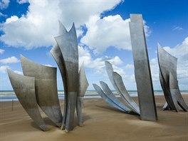 Monument na pláži Omaha. Z této pláže je m.j. úvodní scéna filmu Zachraňte...