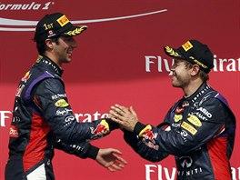 GRATULACE OD MISTRA. Sebastian Vettel blahopřeje týmovému kolegovi Danielu...