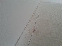 Nedostate�n� �irok� dilatace podlahy od zdiva. P�i rozp�n�n� podlahy v l�t� by...