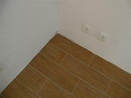 Chyb�j�c� dilatace kolem st�ny v byt�.