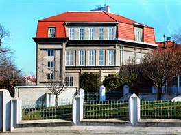Dům se nachází v kubistické čtvrti s vyšehradskými hradbami v zádech. Byl...
