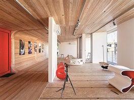 Interiér díky obkladu z přírodního dřeva působí příjemně a útulně. K tomuto...