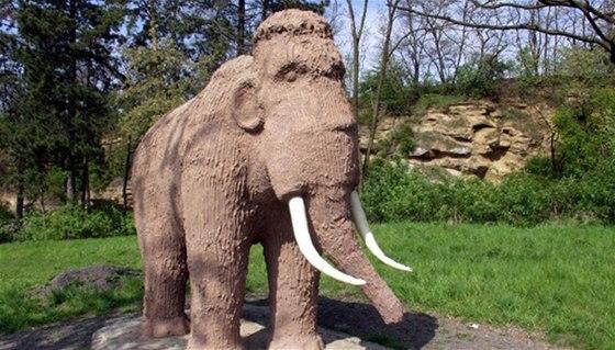 Socha mamuta v Předmostí u Přerova je jedním z deseti zastavení na cyklostezce