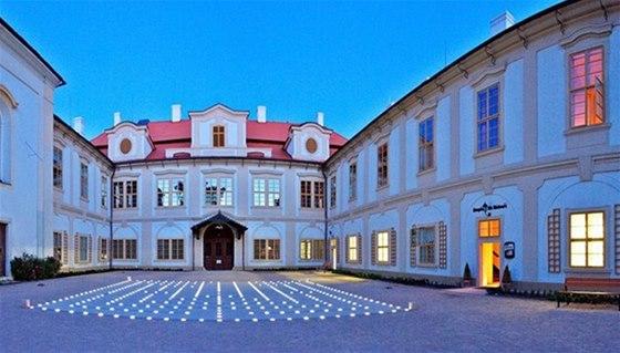 Světelné bludiště na nádvoří zámku Loučeň