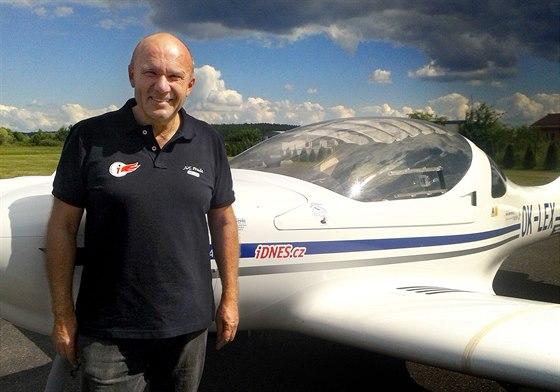 Pilot Jiří Pruša pózuje před svým letounem Dynamic OK-Lex
