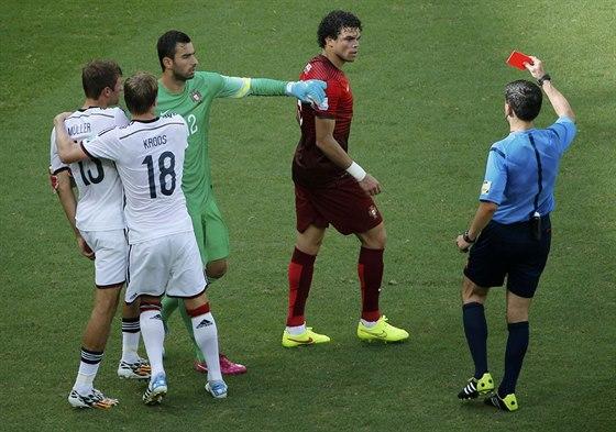 ČERVENÁ KARTA. Portugalec Pepe inkasuje červenou kartu za zákrok na Němce...
