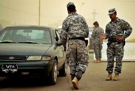 Irácká vojenská hlídka kontroluje vozidla s pomocí detektoru ADE-651.