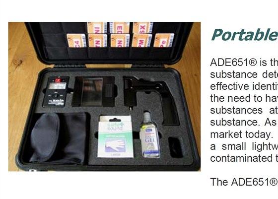 Pohled do nitra balení s přístrojem ADE-651 na prospektu výrobce. Detektor je...