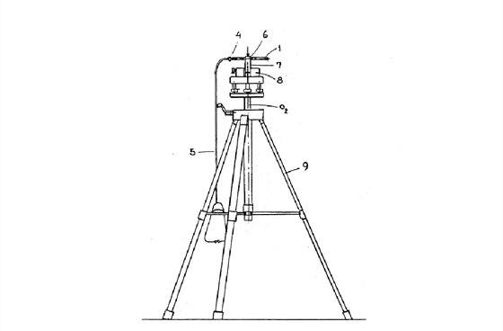 """Schéma """"Zařízení pro usnadnění detekce osob za překážkou"""" podle jeho řešitelů. Na jednoduché konstrukci jsou umístěny """"zaměřovací trubice"""" s připojeným fonendoskopem."""
